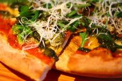 Nahaufnahme Vegetarische Pizza auf hölzernem Teller stockfotos