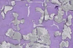 Nahaufnahme verwitterte und befleckte veraltetes violettes Betonmauer tex Lizenzfreies Stockfoto