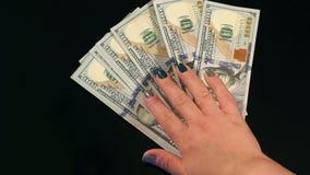 Nahaufnahme viel hundert Dollarscheine auf schwarzer Tabelle stock video
