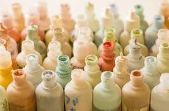Nahaufnahme viele kleinen weißen Flaschen, die verschiedene Farben für die Verzierung des Glases enthalten Stockfotografie