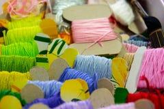 Nahaufnahme viele mehrfarbigen Threads auf Pappe lizenzfreie stockfotografie