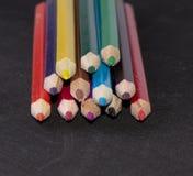 Nahaufnahme vieler helle farbige Bleistifte Stockbilder