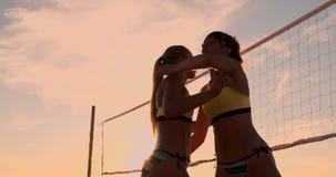 Nahaufnahme Volleyballspieler-Handdes klatschens und des Klatschens Die Freude am Sieg Volleyballspieler feiern ein Ziel stock footage