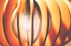 Nahaufnahme vom Glänzen des hölzernen Leuchters lizenzfreie stockbilder
