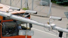 Nahaufnahme von Überwachungskamera-Überwachung CCTV des Verkehrs drei auf der Straße stock footage