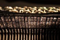 Nahaufnahme von alten Schreibmaschinenbuchstabe- und -symbolschlüsseln Stockbild