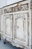 Nahaufnahme von alten weißen Kommodebüromöbeln mit Farbe zog weg ab Stockfotos