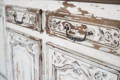 Nahaufnahme von alten weißen Kommodebüromöbeln mit Farbe zog weg ab Lizenzfreies Stockbild