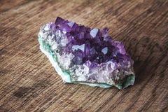 Nahaufnahme von Amethyststeindrusekristallen auf Polierplatte des dunklen Granits Beschaffenheit von Kristallen von Amethyst Amet stockbilder