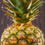 Nahaufnahme von Ananas auf Grau streift Hintergrund, quadratischen Schuss Lizenzfreie Stockfotos