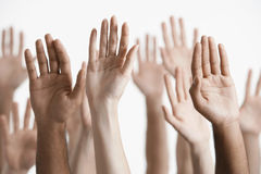 Nahaufnahme von angehobenen multiethnischen Händen Stockbilder