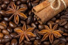 Nahaufnahme von Anissternen, -zimt und -kaffee Lizenzfreie Stockbilder