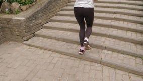 Nahaufnahme von athletischen weiblichen Beinen, die Treppe oben laufen lassend stock video footage
