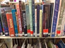 Nahaufnahme von Büchern auf einem Regal Stockfoto