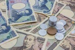 Nahaufnahme von Banknoten der japanischen Yen und japanische Yen prägen Stockbild