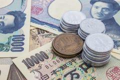 Nahaufnahme von Banknoten der japanischen Yen und japanische Yen prägen Lizenzfreies Stockfoto