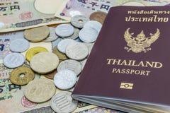 Nahaufnahme von Banknoten der japanischen Yen und japanische Yen prägen mit Thailand-Pass Finanzgeld- und Reisekonzept Lizenzfreies Stockbild