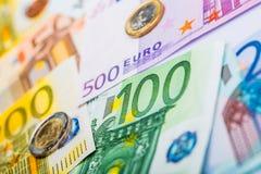 Nahaufnahme von Banknoten und von Münzen Stockfotos