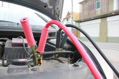 Nahaufnahme von Batteriestarthilfekabeln zur Autobatterie lizenzfreies stockfoto