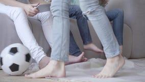 Nahaufnahme von Beinen der Mutter und ihrer Söhne r viertes stock video