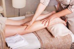 Nahaufnahme von Beinen, kaukasische Frau, die einen Massagebadekurortsalon hat Lizenzfreie Stockbilder