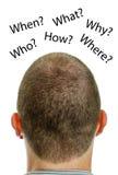 Nahaufnahme von bemannt Kopf mit Fragen. Stockfotos