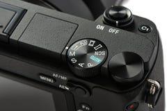 Nahaufnahme von Betriebsarten-Wahl Skala auf einer Mirrorless-Kamera Lizenzfreies Stockfoto