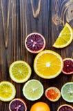 Nahaufnahme von blutigen Orangen des roten sizilianischen Bluts - schneiden Sie und schnitt, reif und geschmackvoll mit Kopienrau lizenzfreie stockfotografie