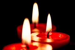 Nahaufnahme von brennenden Kerzen auf schwarzem Hintergrund, Weihnachten, holid Lizenzfreie Stockfotos