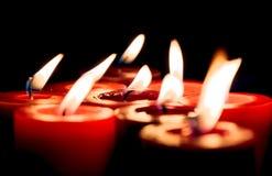 Nahaufnahme von brennenden Kerzen auf schwarzem Hintergrund, Weihnachten, holid Lizenzfreie Stockbilder