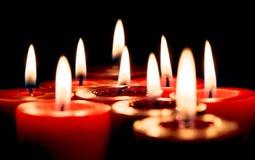 Nahaufnahme von brennenden Kerzen auf schwarzem Hintergrund, Weihnachten, holid Stockfotografie
