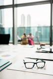 Nahaufnahme von Brillen auf einem Druckbalkendiagramm-Vertretungsfortschritt Stockbild