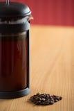 Nahaufnahme von cafetiere mit Kaffeebohnen in der Front Lizenzfreie Stockfotografie