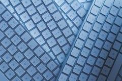 Nahaufnahme von Computertastaturen auf einem schwarzen dunklen Schreibtisch lizenzfreie stockbilder