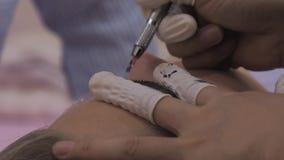 Nahaufnahme von Cosmetologist microblading Verfahren machend stock footage
