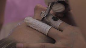 Nahaufnahme von Cosmetologist microblading Verfahren machend stock video footage