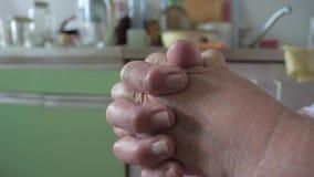 Nahaufnahme von den alte Frauen-Händen, die sich halten stock video