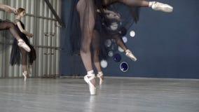 Nahaufnahme von den Ballerinen, die in schwarze Kleider und in wei?en pointe Schuh tanzen t?tigkeit Ballerinen bereiten sich f?r  stockfoto
