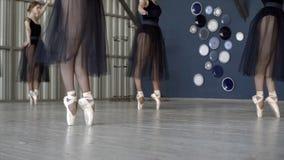 Nahaufnahme von den Ballerinen, die in schwarze Kleider und in wei?en pointe Schuh tanzen t?tigkeit Ballerinen bereiten sich f?r  stockbilder
