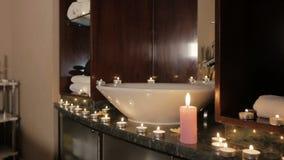 Nahaufnahme von den brennenden Kerzen Aroma auf Tabelle in einem Badekurortraum verbreitend stock video footage