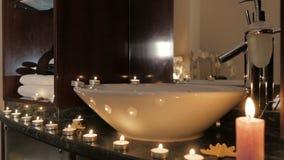 Nahaufnahme von den brennenden Kerzen Aroma auf Tabelle in einem Badekurortraum verbreitend stock video