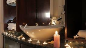 Nahaufnahme von den brennenden Kerzen Aroma auf Tabelle in einem Badekurortraum verbreitend stock footage