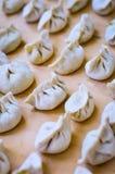 Nahaufnahme von den chinesischen Mehlklößen gesetzt auf Holzoberfläche Stockfotos