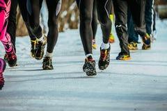 Nahaufnahme von den Füßen Athleten laufen lassend Stockfotos