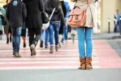 Nahaufnahme von den Frauenbeinen, die auf Straße warten Stockfotos