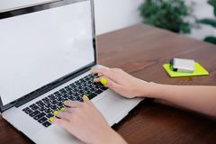 Nahaufnahme von den Frauenhänden, die auf Laptop schreiben stockfoto