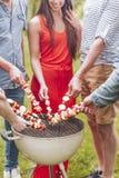 Nahaufnahme von den Freunden, die shashliks während des Gartenfests im Sommer grillen stockbild
