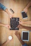 Nahaufnahme von den geernteten Händen, die Geschäftsausdrücke auf Schiefer mit rührender digitaler Tablette der Person schreiben Lizenzfreie Stockbilder