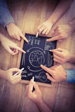 Nahaufnahme von den geernteten Händen, die Geschäftsausdrücke auf Schiefer schreiben Stockbilder
