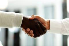 Nahaufnahme von den Geschäftsmännern, die Hände rütteln, Stockbilder